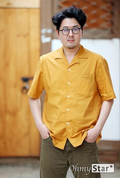 '엑시트' 이상근 감독 영화 <엑시트>의 이상근 감독이 23일 오후 서울 소격동의 한 카페에서 진행된 인터뷰에서 포즈를 취하고 있다.