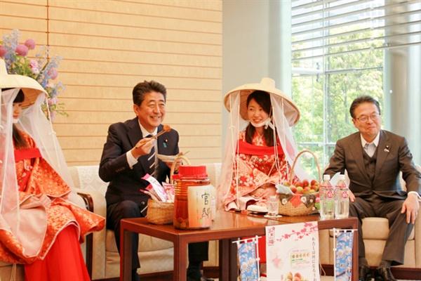 2019년 6월 6일. 일본 매화의 날을 맞이하여 아베 신조 총리와 세코 히로시게 경제산업상이 방문자들과 환담하고 있다.(출처: 세코 히로시게 홈페이지)