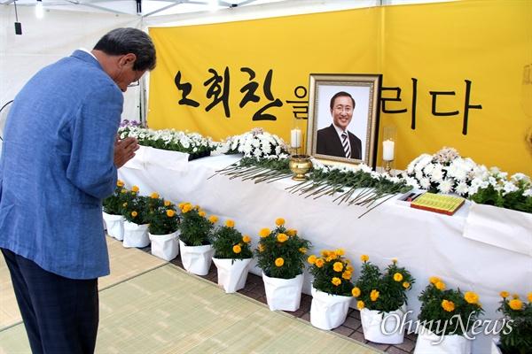 정의당 경남도당은 7월 23일 저녁 창원 한서병원 앞 광장에서 '고 노회찬 의원 1주기 추모문화제'를 열었고, 하원오 경남진보연합 대표가 조문하고 있다.