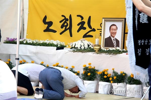 정의당 경남도당은 7월 23일 저녁 창원 한서병원 앞 광장에서 '고 노회찬 의원 1주기 추모문화제'를 열었고, 시민들이 분향소에 조문하고 있다.