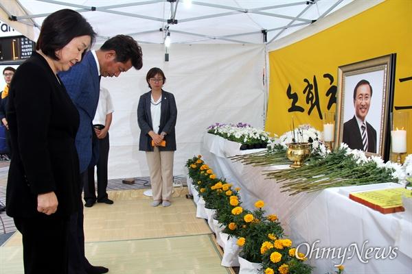 정의당 경남도당은 7월 23일 저녁 창원 한서병원 앞 광장에서 '고 노회찬 의원 1주기 추모문화제'를 열었고, 심상정 대표와 여영국 의원이 분향소에 조문하고 있다.
