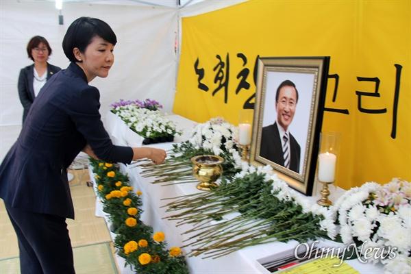 정의당 경남도당은 7월 23일 저녁 창원 한서병원 앞 광장에서 '고 노회찬 의원 1주기 추모문화제'를 열었고, 김지수 경남도의회 의장이 조문하고 있다.