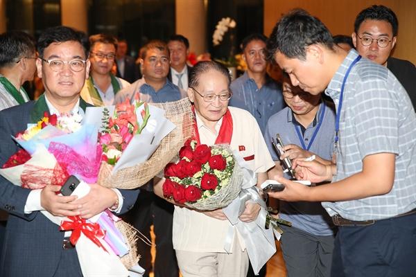리종혁 북한조선아시아태평양평화위원회 부위원장을 단장으로 한 북측대표단이 '2019 아시아태평양의 평화와 번영을 위한 국제대회'에 참가하기 위해 필리핀 현지시각으로 24일 0시 50분 필리핀 마닐라 공항을 통해 입국했다.