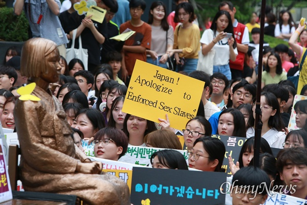 일본 규탄 함성 높아진 수요시위 24일 오후 서울 종로구 일본대사관앞에서 열린 1,397번째 일본군성노예문제 해결을 위한 수요시위에서 참가자들이 일본의 사죄를 촉구하며, 최근 아베 정권의 경제보복을 규탄했다.