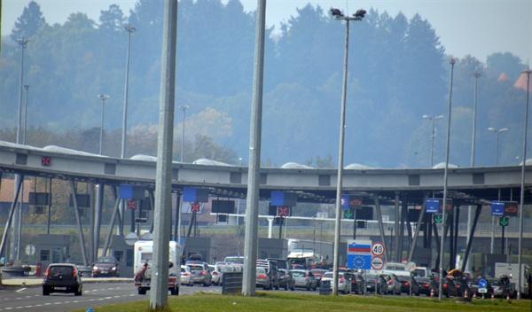 슬로베니아 입국. EU 회원국인 슬로베니아 입국에는 상당한 시간이 걸린다.