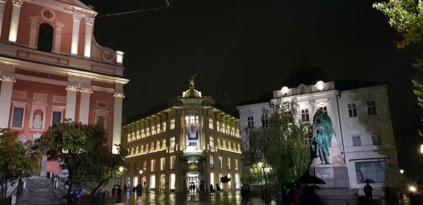 프레셰렌 광장. 류블랴나 거리의 중심광장으로 야경이 너무나 사랑스럽다.
