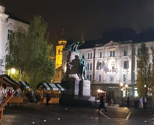 프레셰렌 동상. 슬로베니아의 민족시인인 프레셰렌은 주옥 같은 사랑의 시들을 남겼다.