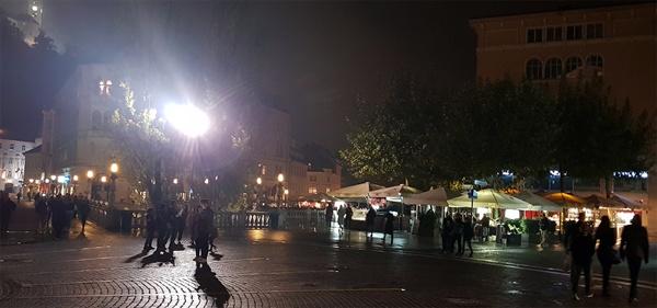 류블랴나의 밤. 깊은 밤 가로등 아래 젊은이들의 사랑이 이어진다.