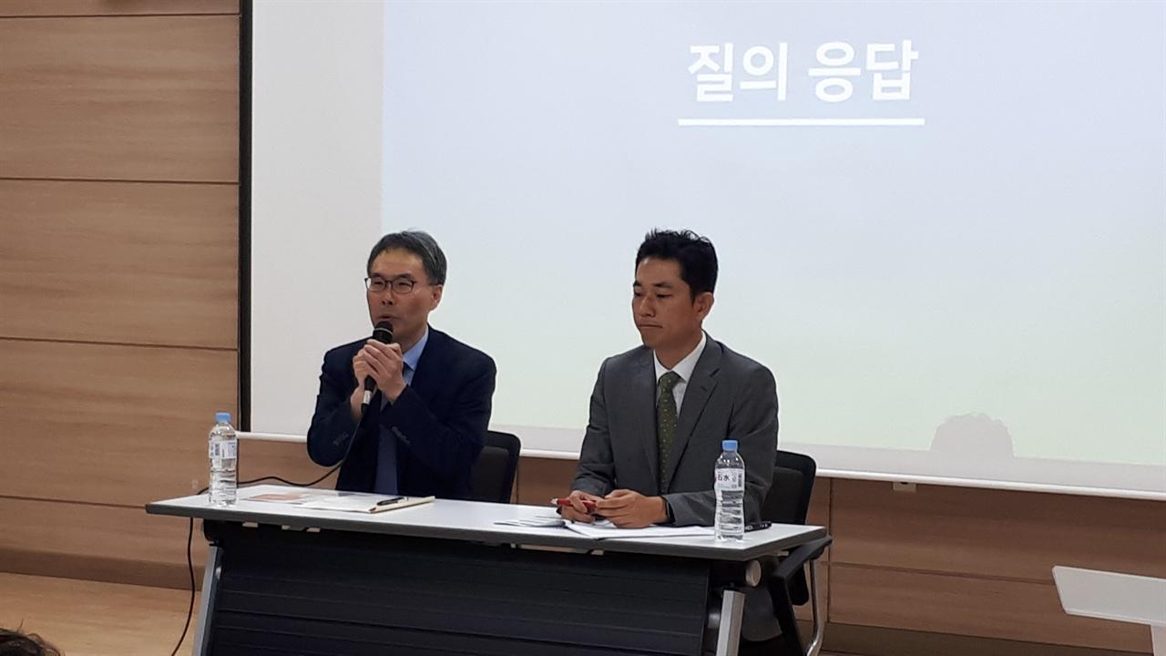 설명하는 교수진 왼쪽이 서울교육대학교 초등교육과 김성식 교수, 오른쪽이 충남대학교 교육학과 박환보 교수