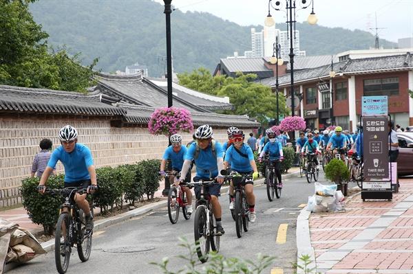 25일 오후 김해 수로왕릉에서 열린 '가야잇기 자전거 대회' 출정식.