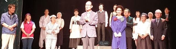 지난달 30일 가요극 '꽃순이를 아시나요'의 마지막 공연 뒤 인사말을 하는 정중헌 이사장 .
