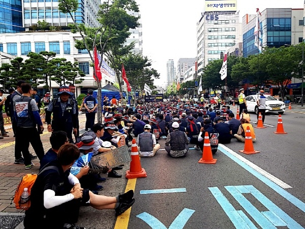 7월 1일부터 파업중인 울산 레미콘 노동자들이 24일 울산시청 앞에서 결의대회를 하고 있다