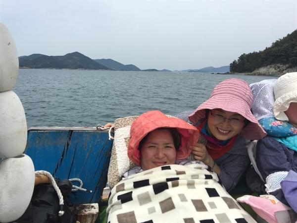 마을 어부의 배를 타고 금오도 주변 바다를 둘러보았다. 왼쪽이 필자, 오른쪽은 리오바 자매