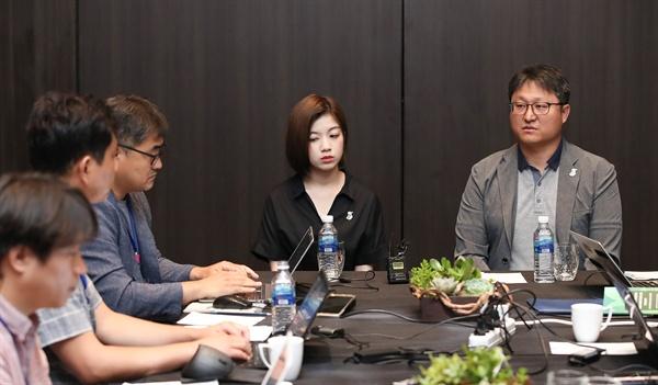 일본군 성노예 할머니들의 삶을 다룬 영화 '귀향'의 배우 강하나씨와 조정래 감독이 25일 필리핀 마닐라 콘래드 호텔에서 열리는 '2019 아시아태평양의 평화와 번영을 위한 국제대회'에 참석하기 앞서 기자들과 인터뷰를 진행하고 있다.