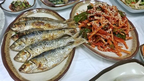 굽는 향기가 유난히 좋은 전어구이와 전어회무침이다.