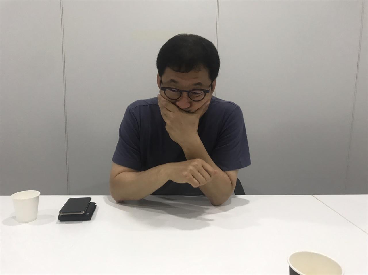 인천 송도 교통사고 취재 이야기하던 이영백 PD는 사고로 아들을 잃은 부모님 생각에 한동안 말을 잇지 못하고 있다.