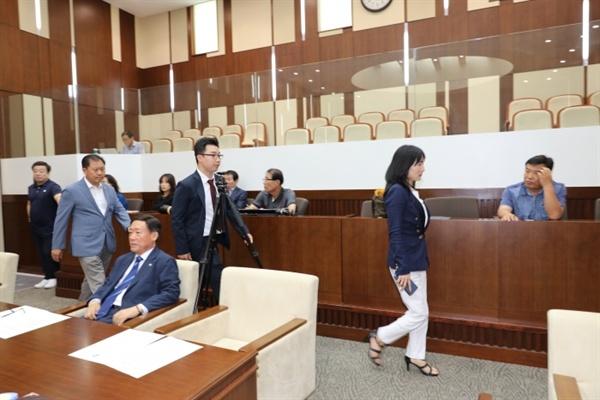 상임위원장 선출을 보이콧하며 자유한국당 의원들이 본회의장을 빠져나가고 있는 모습.