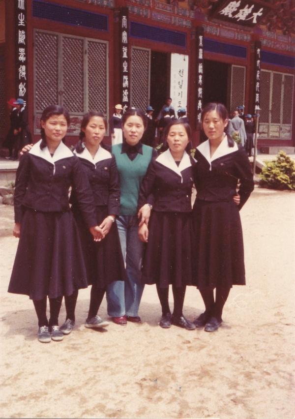 1979년 경안여자고등학교 3학년 제자들과 장혜옥 선생. 사진 제공_ 장혜옥