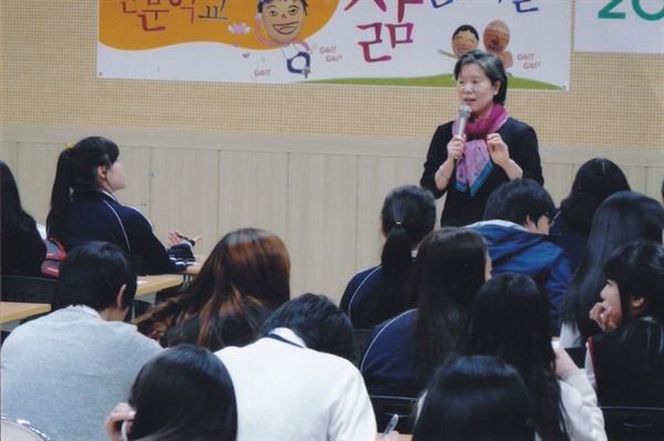 2010년 학벌없는사회 대표 때 강의를 하고 있다. 사진 제공_ 장혜옥