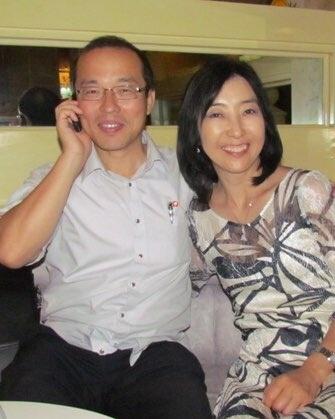 2013년 신은미씨 부부가 북한여행을 갔을 때 안내를 맡았던 리정 씨와 함께. 리정씨가 신은미씨에게 대학시절 자신의 스승이 쓴 책이라며<임나일본부 해부>를 선물했다.