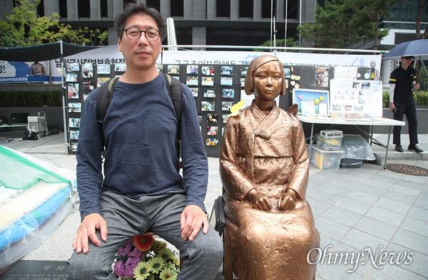 평화의 소녀상을 만든 김운성 조각가. 소녀상의 불끈 쥔 두 주먹은 일본 정부의 진심어린 사과를 받아내겠다는 의지와 다짐의 표현이다.