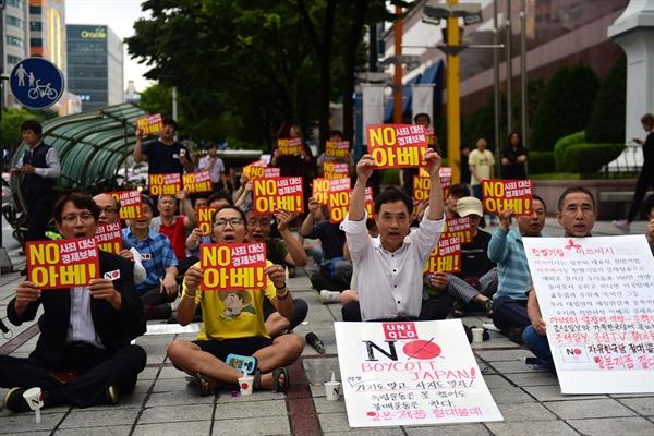 국민주권실현적폐청산대전운동본부와 평화나비대전행동은 26일 저녁 7시 둔산동 타임월드 앞에서 '일본 아베 경제도발 규탄, 불매운동 승리, 토착왜구 박멸! 대전시민 촛불집회'를 개최했다.