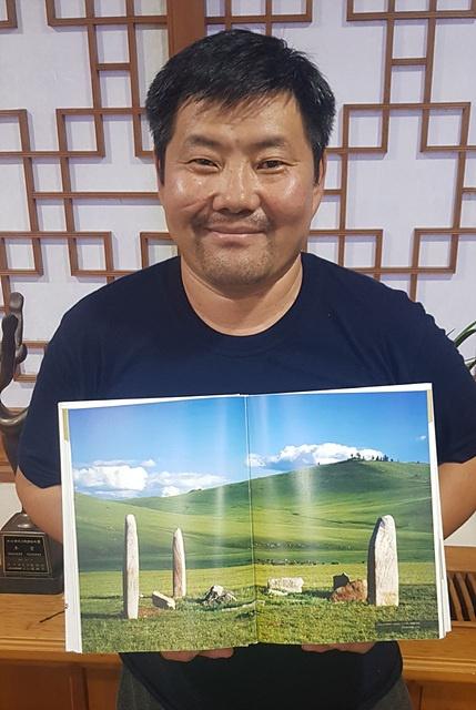 6개월 동안 국립부여박물관에서 몽골과 한국의 청동기시대 문화를 비교 연구하고 있는 강톨가(J. Gantulga)박사가 사슴돌 사진이 있는 책을 들고 있다. 그는 몽골과학아카데미 역사학고고학연구소 선임연구원으로 몽골 사슴돌 연구의 대표학자이다