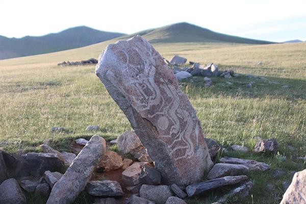 대부분의 사슴돌은 바위에 사슴을 새겼지만 이 바위에는 말을 새겼다. 안내문에는 말을 새긴 경우는 아주 희귀하지만 사슴돌로 간주한다고 기록되어 있었다.