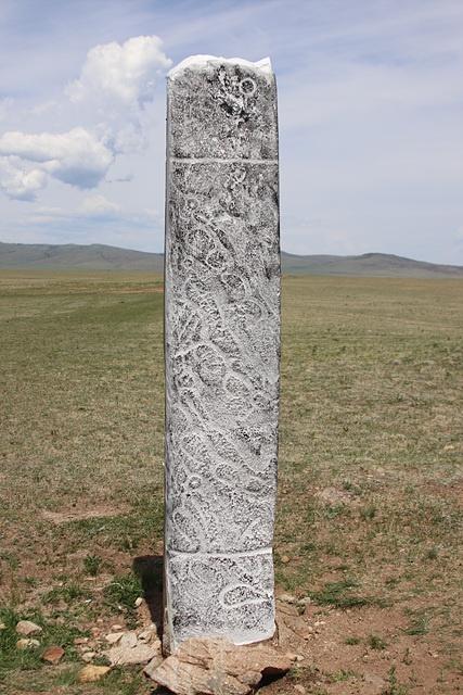 칭기스칸의 고향 마을 인근에 세워진 사슴돌 모습