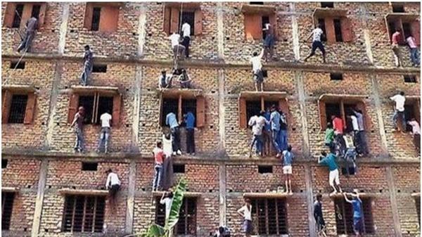 인도 고교시험장 커닝페이퍼 전달하는 학부모들
