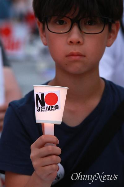 'NO아베' 촛불 광화문광장으로 진출 역사왜곡, 경제침략, 평화위협 아베 규탄 2차 촛불문화제가 27일 오후 서울 광화문광장에서 전국 596개 시민단체가 모인 아베규탄시민행동 주최로 열렸다.