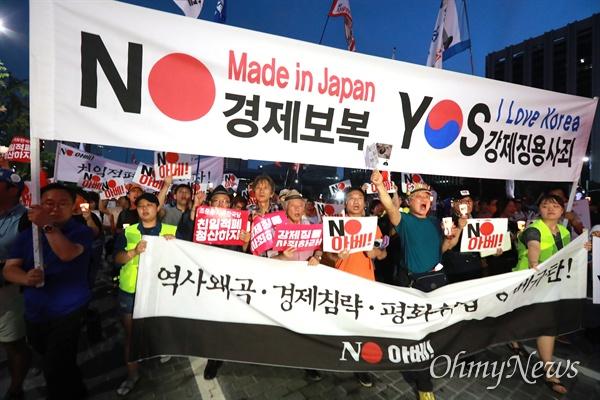 일본대사관 향하는 'NO아베' 촛불 역사왜곡, 경제침략, 평화위협 아베 규탄 2차 촛불문화제가 27일 오후 서울 광화문광장에서 전국 596개 시민단체가 모인 아베규탄시민행동 주최로 열렸다. 집회 참가자들이 인근 일본대사관앞까지 행진을 하고 있다.
