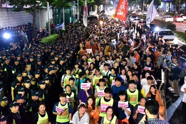 경찰은 경력 1천 명을 배치해 일본영사관을 에워쌌다.