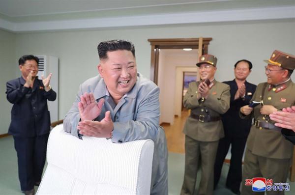 단거리 탄도미사일 발사 뒤 박수치는 김정은 (서울=연합뉴스) 김정은 북한 국무위원장이 한미 군사연습과 남측의 신형군사장비 도입에 반발해 지난 25일 신형전술유도무기(단거리 탄도미사일)의 '위력시위사격'을 직접 조직, 지휘했다고 조선중앙통신이 26일 보도했다. 중앙통신이 홈페이지에 공개한 사진. 2019.7.26      [국내에서만 사용가능. 재배포 금지. For Use Only in the Republic of Korea. No Redistribution]     nkphoto@yna.co.kr (끝)