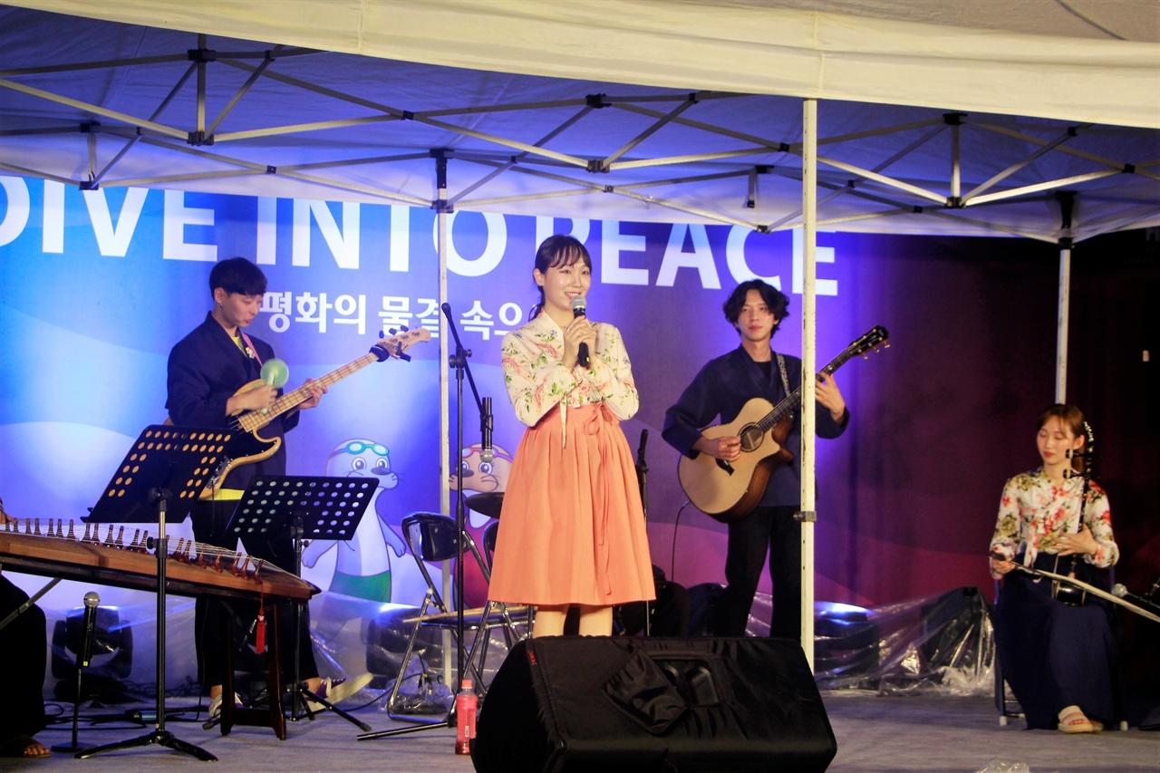2019 광주FINA세계수영선수권대회 선수촌 국기광장에서 국악 밴드인 '예결밴드'가 공연하고 있다.