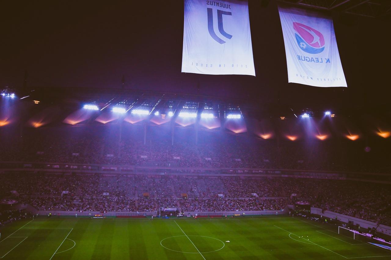 경기시작을 기다린 팬들 26일 열린 유벤투스와 팀K리그의 경기는 만원관중이 자리잡고도 1시간이나 지연된 후에 경기가 열렸다. 6만 5천명의 관중들은 무더위에 자리에서 기다림을 감수해야했다.