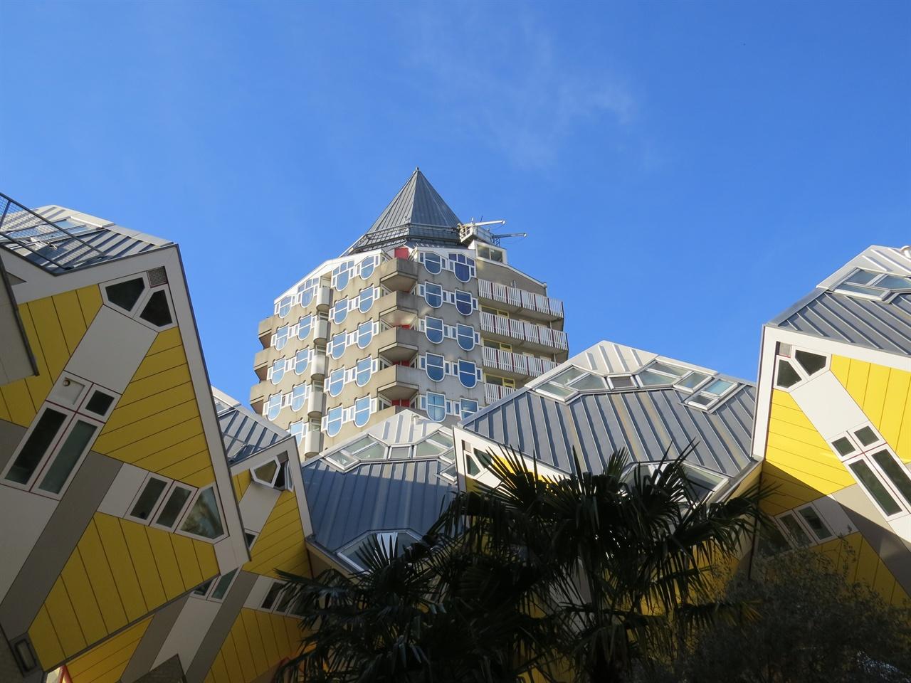 큐브하우스와 연필 모양 건물