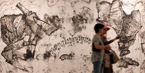 지난 2011년 서울 서초동 한전안트센터 갤러리에서 열린 '독도를 그리다' 전에 출품한 이종상 화백의 <풍우독도>.