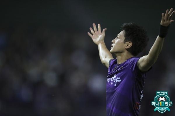 2019년 7월 28일 안양종합운동장에서 열린 K리그2 안양 FC와 부천 FC의 경기. 안양 김원민이 득점 후 세리머니하고 있다.
