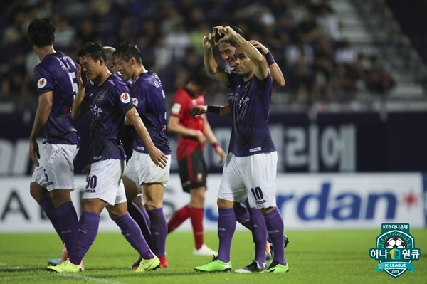 2019년 7월 28일 안양종합운동장에서 열린 K리그2 안양 FC와 부천 FC의 경기. 안양 알렉스의 득점 후 선수들이 세리머니하고 있다.