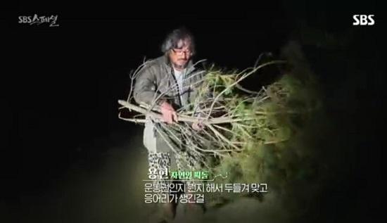 김용현 씨는 과거 민주화 운동에 가담해 고문을 당했고, 그 후유증으로 다리와 허리 통증을 앓고 있다.