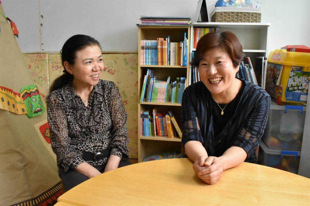 남양주시건강가정다문화가족지원센터의 검정고시 프로그램을 통해 대학에 입학한 결혼이주여성 이인숙 씨(오른쪽)와 프로그램 담당자 주영애 씨(왼쪽)