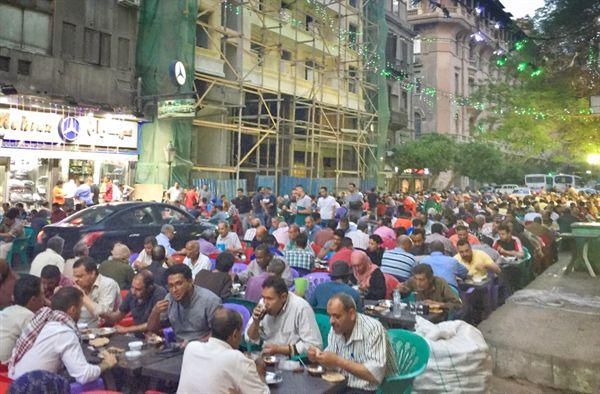 카이로. 라마단 기간의 저녁식사 '이프타르' 를 무료로 대접하는 장소. 수백 명의 사람이 함께 축복의 기도를 하고 밥을 나눠먹는다. 대추야자 세 개와 라마단 저녁식사.