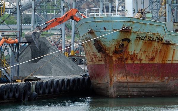 일본에서 실어온 석탄재 하역 현장