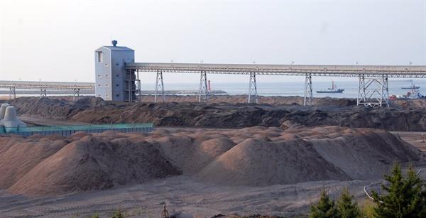일본에서 석탄재 수입으로 인해 매립장에 석탄재가 넘치는 국내 화력발전소 모습