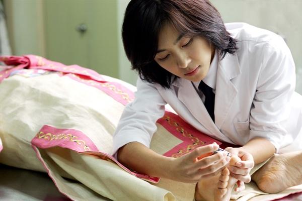 배우 하지원은 영화 '내 사랑 내 곁에'에서 장례지도사 역할을 맡았다.