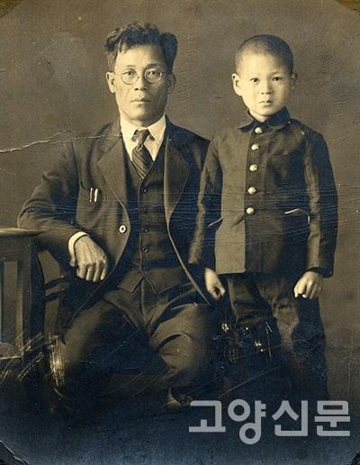 아버지인 류규동씨(사진 왼쪽)가 일제시대 독립운동을 하다가 체포당할 위기를 넘긴 후 선생님의 추천으로 일본으로 건너가 삶을 일군 까닭에 고 류의석씨(사진 오른쪽)는 일본에서 태어나 유년시절을 보냈다. 한국과 일본을 모두 다 사랑한 평범한 소시민이이었던 그는 삶의 황혼녘에 남몰래 '백범일지'를 일본어로 번역해 유품으로 남겼고, 딸인 류리수 박사는 9차 교정까지 거쳐 마침내 국내 최초로 '백범일지'의 일본어판을 출간했다.