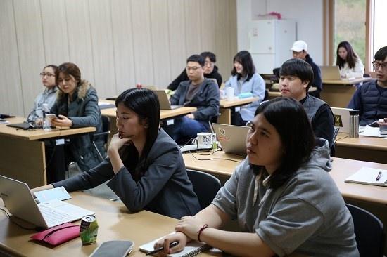 세명대 저널리즘스쿨 대학원생들이 김준일 대표 강의에 귀를 기울이고 있다.