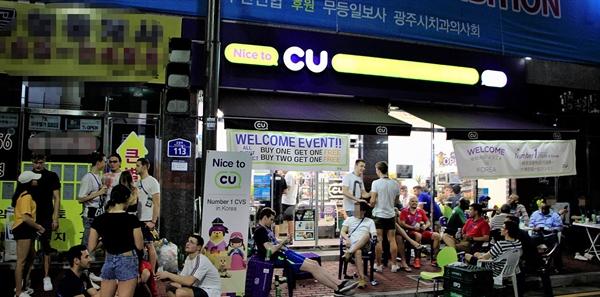 폐막 전날이었던 27일 밤, 우산동 선수촌 앞 편의점에 선수들이 모여 맥주 한 잔을 기울이고 있다.
