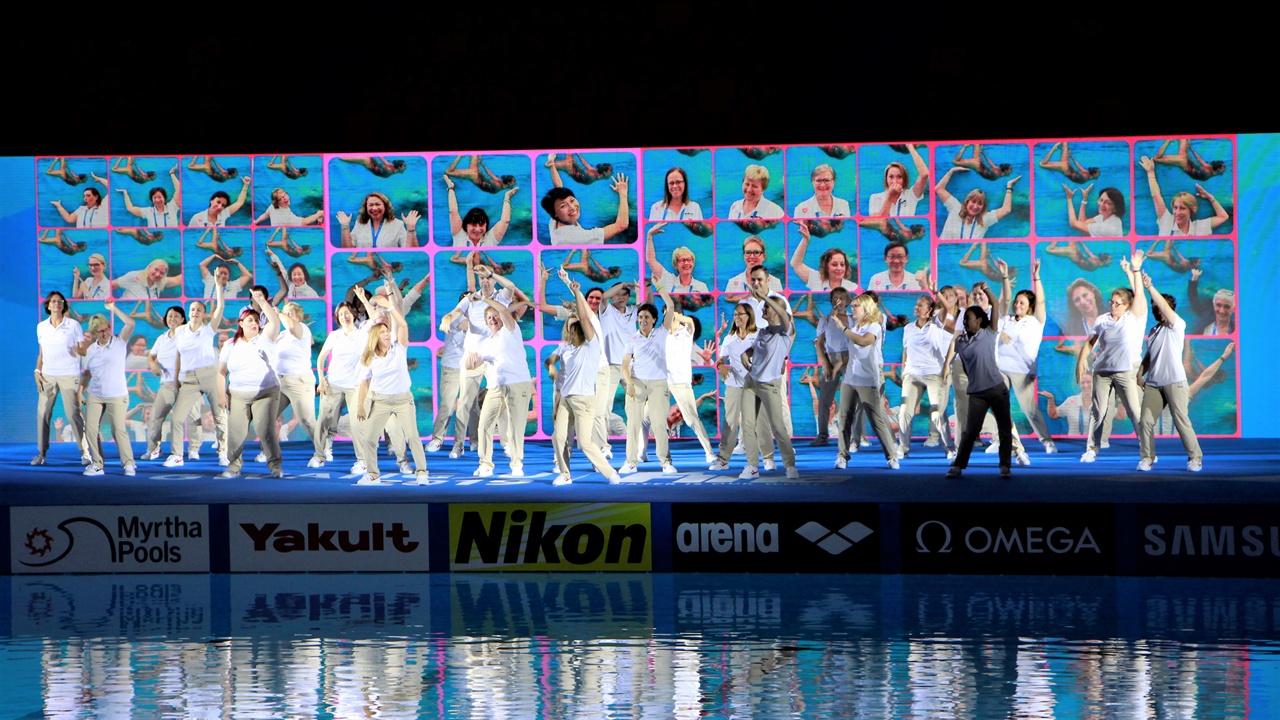 20일 염주체육관에서 열린 갈라쇼에서 심판들이 ABBA의 'Dancing Queen' 무대를 선보이고 있다.